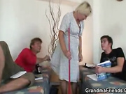 Trio con una mujer rubia viejas