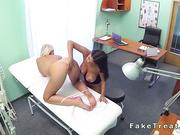 Enfermera puta con paciente de enormes tetas