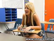 Colegiala Holly Taylor tiene sexo con su maestra (XXX)