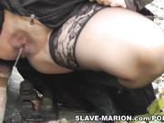 Mujer traviesa zorra obtiene galones de orina