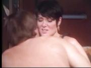Morena de pelo corto obtiene follada en 1990 porno