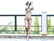 Hermosa chica adolescente se desnuda en la piscina