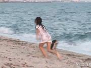 Grandes tetas naturales en la cálida playa