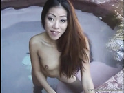 Bella asiática hace una mamada al aire libre