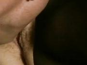 Morena en bodystocking da sexo oral y obtiene perforado