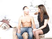 Marido con los ojos vendados atado y follado por la esposa en medias de red