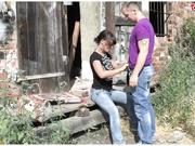Morocha alemana follada al aire libre y escurre el semen del coño mientras mea