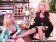 Dos lesbianas se follan los coños y los culos - Retro