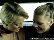 Lesbianas rubias vendimia tienen sexo en el carro