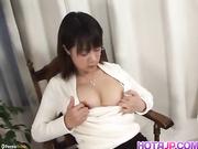 Shinobu Mizushima se masturba y chupa una polla
