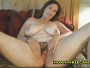 Morena gordita disfruta toying su coño peludo