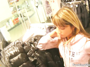Adolescente follada por un abrigo