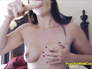Madre descuidada dando instrucciones mamada en vivo
