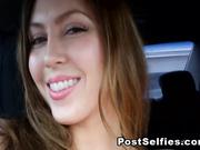 Megan burlas dentro del coche