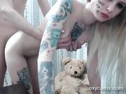 Cutie rubia adolescente tatuada flaca se la follan en vivo