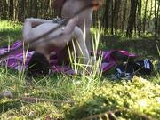 follando en público en el bosque cruzando a pelo