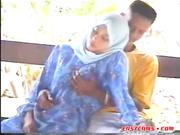 Mujer árabe chupa una polla en el parque