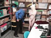 La chica traviesa es follada por el oficial de seguridad