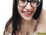 Morocha con gafas se folla el coño mientras gime en webcam