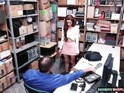 La adolescente Vanna Bardot es follada por un guardia de seguridad