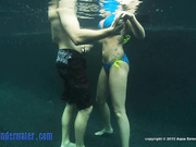 La pareja tiene sexo bajo el agua