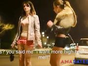 Prostitutas esperando clientes y fumando