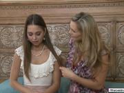 MILF le enseña a una adolescente a comer un coño
