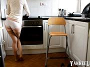 Sexy mujer madura orina en la cocina