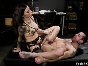Cruel mujer domina a un hombre