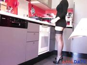 Una mujer muy glamorosa haciendo las tareas del hogar