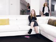 Lesbianas follan libremente ante la atenta mirada de una mujer vestida