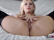 Rubia sexy jugando con su coño en la webcam