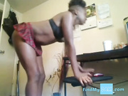 Chica en webcam se folla el coño y nos muestra el culo