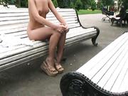 Una chica se desnuda en una plaza a la vista de todos