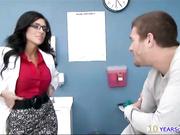 Médico folla a su paciente en la mesa de examen
