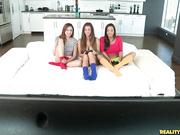 Randy roomies Abigail Ariana y Niki placer mutuamente