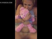 Hijastra abraza su oso de peluche mientras es follada