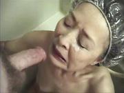 Mujer madura japonesa hace una mamada y recibe semen en el rostro