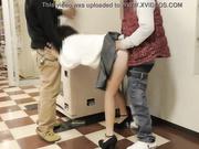 Dos hombres follan a compañera de trabajo en la oficina