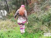 El folla un culo enorme mientras pasean por el bosque