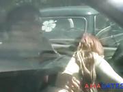 Una prostituta cobrando y haciendo una mamada